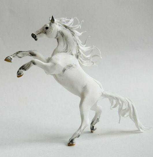 """Игрушки животные, ручной работы. Ярмарка Мастеров - ручная работа. Купить фигурка маленькая """"Белая лошадь тёплого дождя"""" (на дыбы). Handmade."""