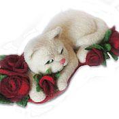 Украшения ручной работы. Ярмарка Мастеров - ручная работа Брошь белая кошка в красных розах. Сухое валяние. Handmade.