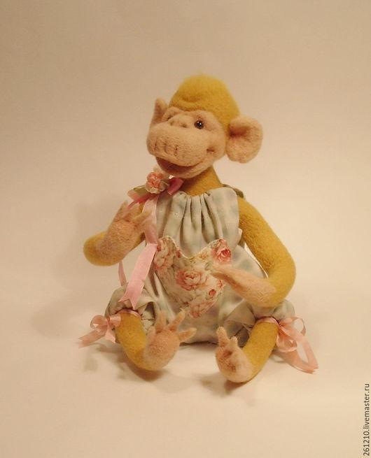 игрушка ручной работы , игрушка из войлока , игрушка в подарок, игрушка обезьянка .