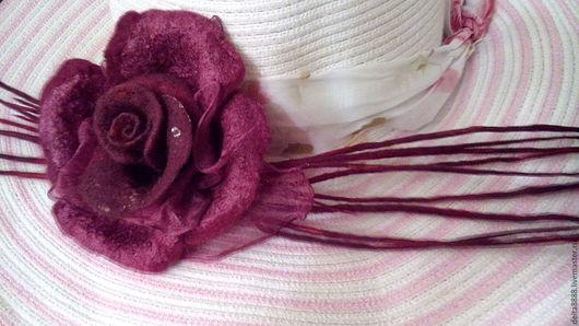 `Ваше величие` Работа из шерсти для валяния,выполнена методом мокрого валяния с добовлением натурального шёлка. Работа украшена бусиной и бисером.Прекрасно украсит вечерний наряд и шляпы. Подчеркнет в