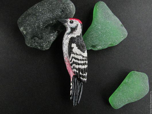 Птица брошь - дятел. Птичка-брошка, черно-белая, черно-белое, брошь ручной работы, птица.