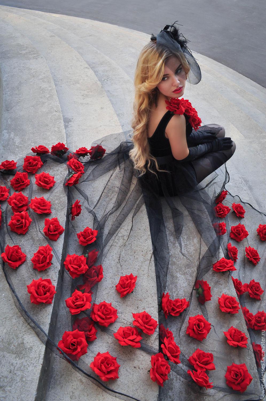 Черное платье в красный цветочек
