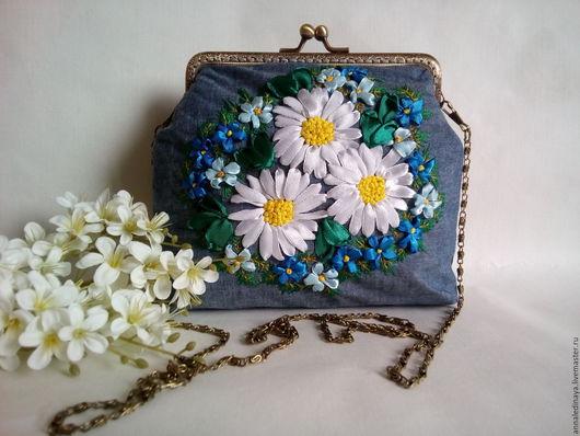 Женские сумки ручной работы. Ярмарка Мастеров - ручная работа. Купить Джинсовая летняя сумка на фермуаре вышитая лентами. Handmade.