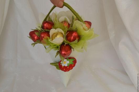 Букеты ручной работы. Ярмарка Мастеров - ручная работа. Купить Фунтик с конфетами Земляничный шейк. Handmade. Ярко-красный
