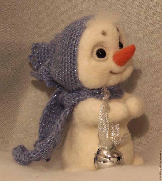 Новый год 2017 ручной работы. Ярмарка Мастеров - ручная работа. Купить Снеговик с бубенчиком. Handmade. Белый, Снег, авторская работа