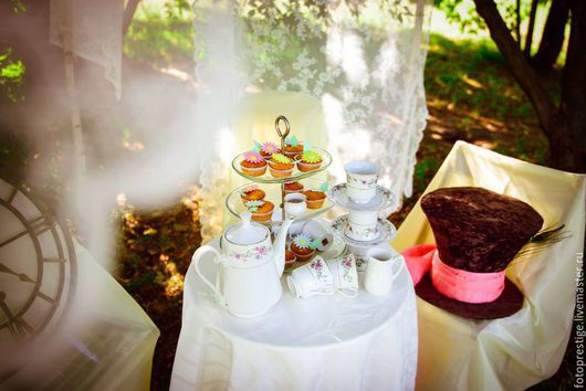 Вы давно были в сказке? Приглашаем вас в удивительное путешествие вслед за Алисой и белым Кроликом. Вас ждет безумное чаепитие в компании со Шляпником и волшебными кексами на угощение!