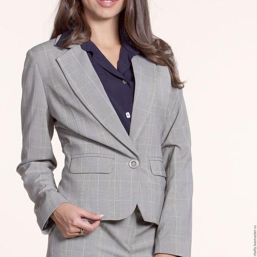 женский классический пиджак и женские укороченные брюки из костюмной шерсти. Отличное сочетания для создания молодежного, стильного образа в офисе.