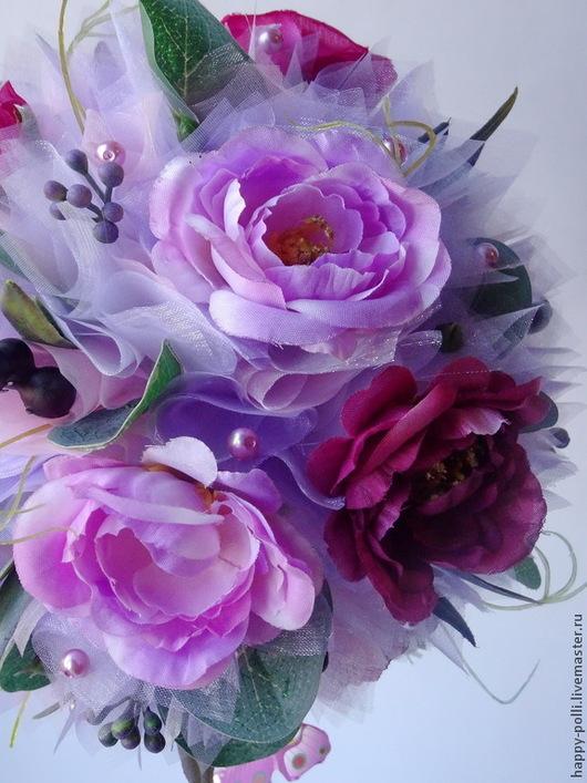 Очень милое и нежное деревце, выполнено из флористической органзы, декорировано, текстильными цветами шиповника, `припыленной` зеленью и ягодками, листочки эвкалипта!)