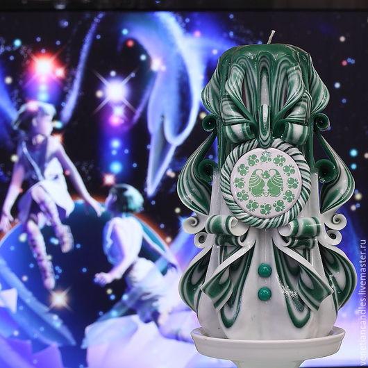 Знак зодиака близнецы. Резная свеча, выполненная в зелено-белых тонах.