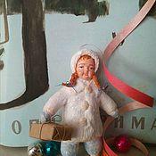 Мини фигурки и статуэтки ручной работы. Ярмарка Мастеров - ручная работа Игрушка из ваты Девочка с посылкой. Handmade.