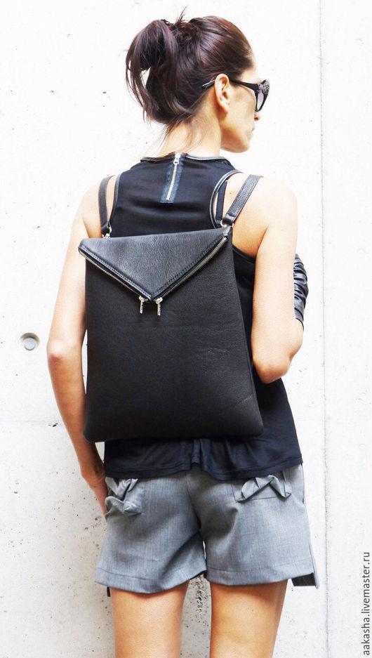 Рюкзак из натуральной кожи черного цвета.