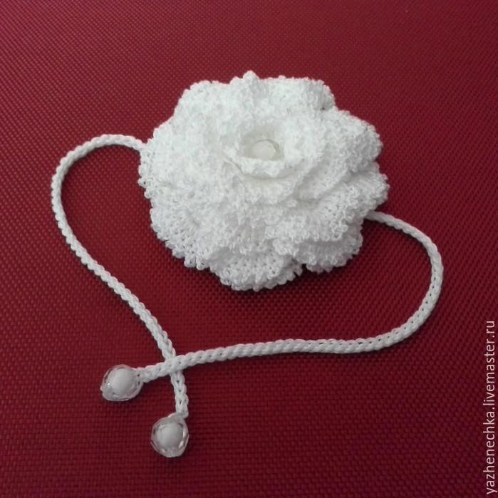 Белый вязаный цветок