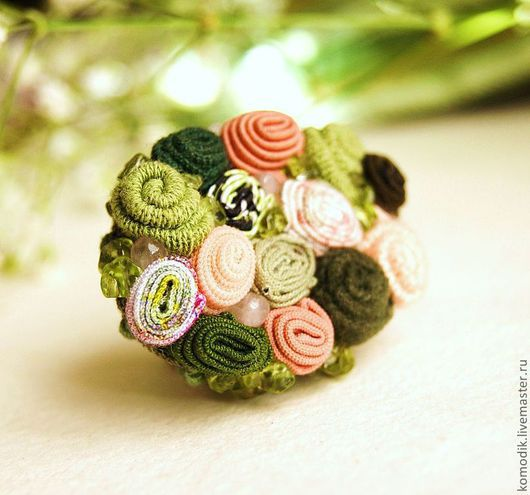 кольцо из ткани с бусинами розового кварца и оливином