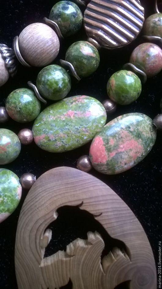 Интересный комплект украшений из натурального дерева и унакита с фурнитурой под античную медь: браслет, колье и серьги.