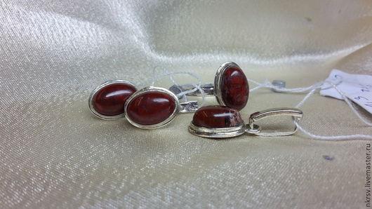 Комплект украшений из натуральной яшмы в серебре.