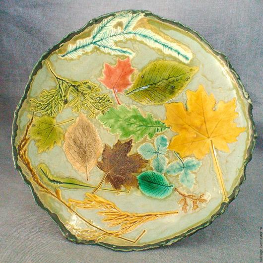 Яркая большая тарелка ручной работы с листьями разного цвета. Поверхность имеет рельефный узор. Может использоваться как блюдо для сервировки, блюдо для фруктов.
