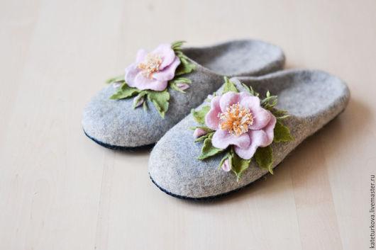 """Обувь ручной работы. Ярмарка Мастеров - ручная работа. Купить Валяные тапочки """"Нежный  шиповник"""". Handmade. Тапочки ручной работы"""
