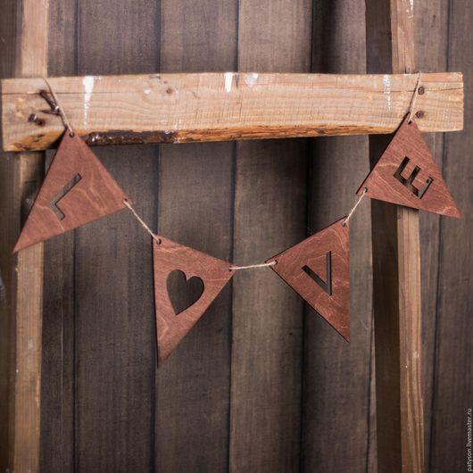 Прекрасная гирлянда с надписью Love подчеркнет значимость торжественного события и поможет облагородить фотоснимки.