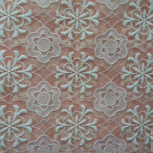 При сложении ткани в несколько слоев хорошо виден оттенок розового.  Теплый, кремово-розовый.
