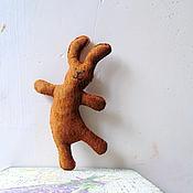 Аксессуары ручной работы. Ярмарка Мастеров - ручная работа брошь заяц танцующий рыжий замшевый. брелок. подвеска в машину. Handmade.