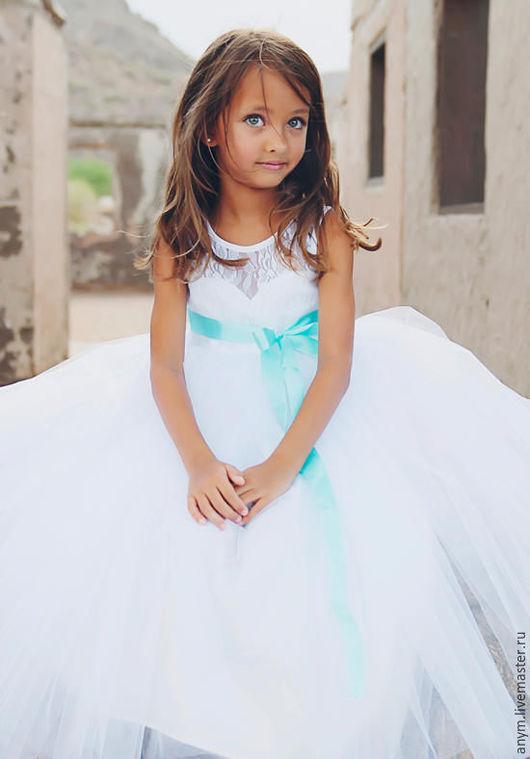 Лиф платья - имитация корсета, кружево. Пышная юбка из вуали.