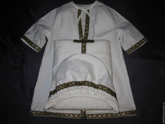 Крестильный набор изготовлен из 100 % х/б ткани – жаккардового сатина.).В наборе три предмета: рубашка – распашонка, чепчик и пеленка - «капюшон»,в основу  которой вшито махровое полотенце(50 на 90)