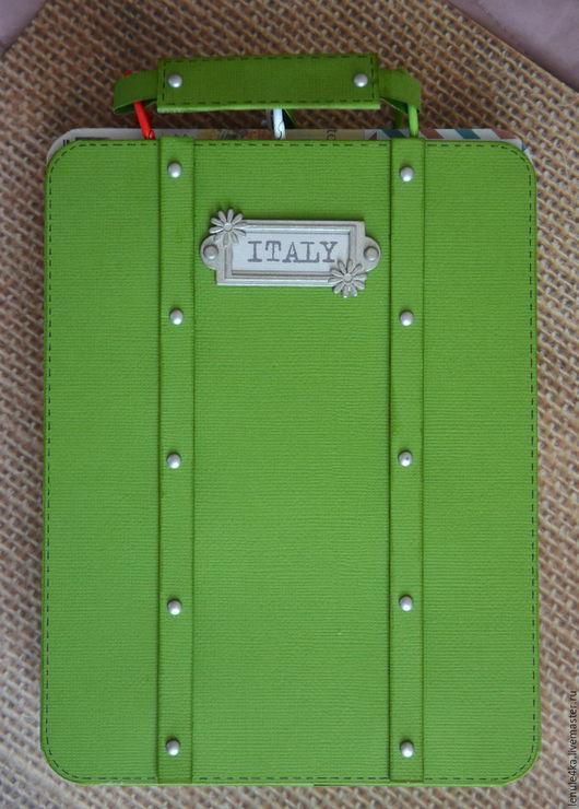 """Фотоальбомы ручной работы. Ярмарка Мастеров - ручная работа. Купить Тревелбук """"Итальянские каникулы""""  в чемоданчике. Handmade. Зеленый, путешественнику"""