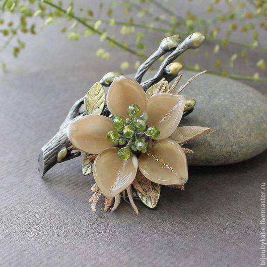 Брошь булавка  лэмпворк в бежевых тонах Оригинальная брошь с цветком, выполненным из стекла и кожи Брошь, легкая по весу, и выдержанная в скромных, не броских тонах.