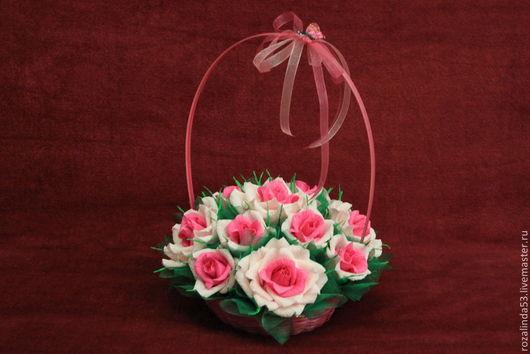 Букеты ручной работы. Ярмарка Мастеров - ручная работа. Купить Корзина с розами. Handmade. Разноцветный, шоколадные конфеты, корзина с конфетами