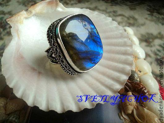 Кольцо с ЛАБРАДОРОМ (Спектролитом) в роскошной серебряной оправе из серебра 925 пр. с ШИКАРНОЙ! сине- голубой  иризацией.