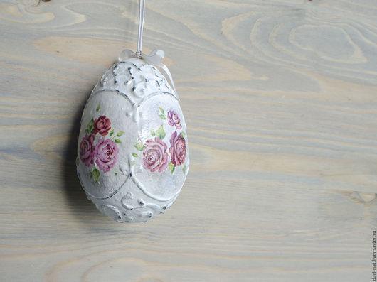 Нежное пасхальное яйцо с розами в стиле шебби-шик. Милые розы выделены дополнительно тенями. Яйцо обрамляет объемный орнамент, потертый временем...
