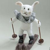 Куклы и игрушки ручной работы. Ярмарка Мастеров - ручная работа Зай Вовка Морковкин - лыжник. Игрушка Белый Заяц из шерсти. Handmade.