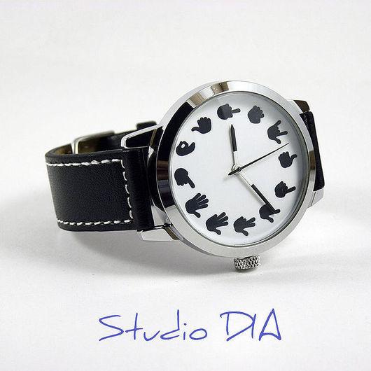 Оригинальные Дизайнерские Часы Жесты Рук На Белом. Студия Дизайнерских Часов и Кулонов DIA.