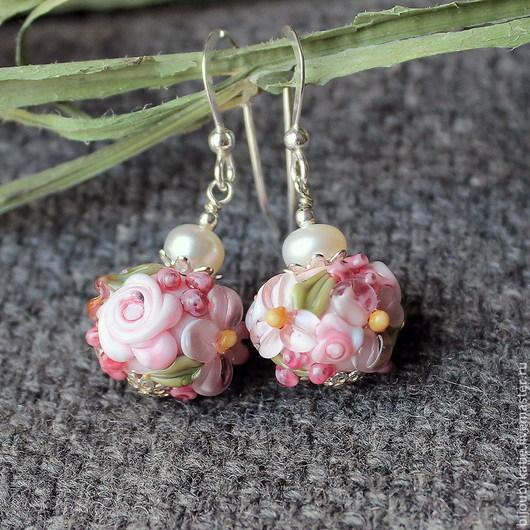 Серьги лэмпворк  ручной работы  нежные серьги с жемчугом розовый сад  Сережки выполнены из авторских стеклянных бусин, пресноводного жемчуга.