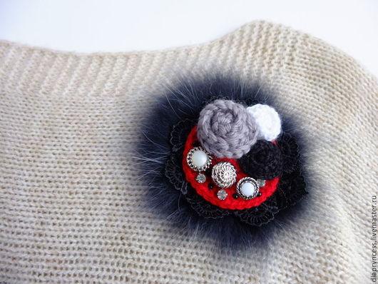 брошь в подарок, меховая брошь, брошь для верхней одежды, брошь зимняя, чёрная брошь, брошь чёрно красная готика