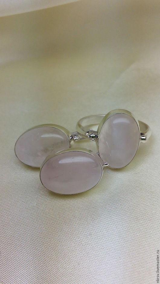 Комплект украшений в серебре с натуральным розовым кварцем. Камень не искусственно выращен, не окрашен - это его природный цвет.