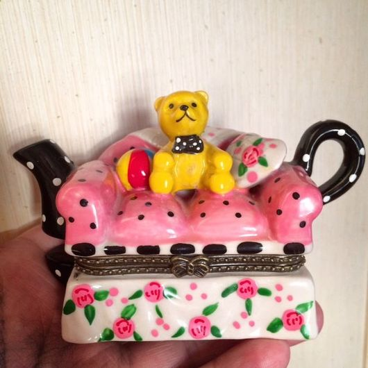 Винтажные предметы интерьера. Ярмарка Мастеров - ручная работа. Купить Фарфоровая миниатюрная шкатулка Мишка на диване. Handmade. Розовый