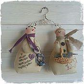 Куклы и игрушки ручной работы. Ярмарка Мастеров - ручная работа Снеговички с вышивкой на вешалке. Handmade.
