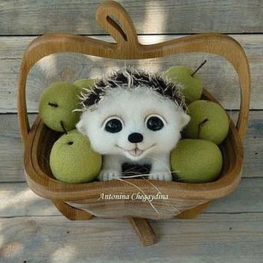Куклы и игрушки ручной работы. Ярмарка Мастеров - ручная работа Ежик Филя в корзинке с яблоками. Handmade.