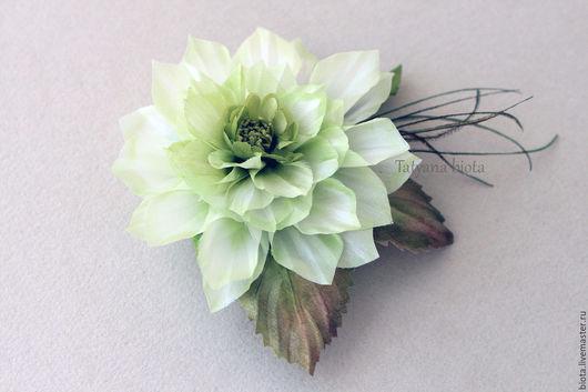 Бледно-зеленая, нежно-зеленая, светло-зеленая брошь георгина. Бело-зеленое украшение в виде крупного цветка. Светлая брошь георгина для украшения одежды. Брошь ручной работы.