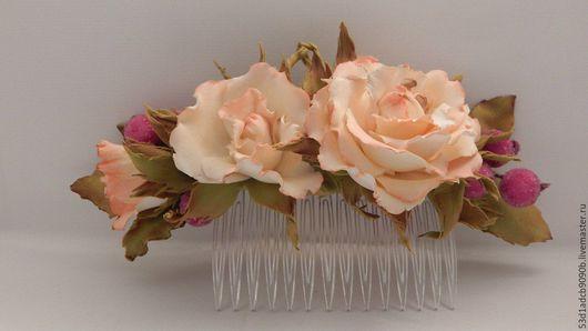 Гребень для волос с розами и `сахарными` ягодами. Цветы выполнены из фоамирана. Этот материал долговечен, не боится воды, не сминается.
