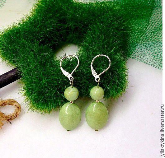 Серьги из малахита, длина серьги - 4 см. швензы серьги - серебро 925 пробы (часть серьги, которая вдевается в ухо). серьги - замечательный подарок на любой праздник! Серьги зеленые