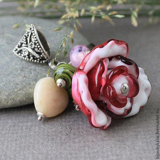 Подвеска Лэмпворк  роза, украшение лэмпворк, 925 серебро небольшая подвеска с объемной розой. Вся фурнитура 925 серебро подвеска продается на замшевом шнурке.