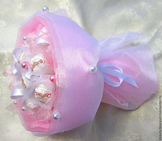 Букеты ручной работы. Ярмарка Мастеров - ручная работа. Купить «Букет из конфет в органзе Рафаэлло». Handmade. Бледно-розовый