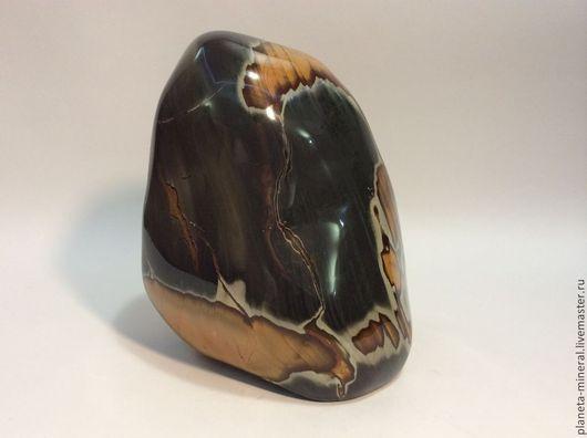 Темно-зеленые оттенки этого коллекционного камня контрастно сочетаются с яркими всполохами оранжевого цвета. Такая комбинация противоположных по своему спектру оттенков данного минерала создает причудливый и уникальный природный рисунок, который невозможно повторить искусственно.