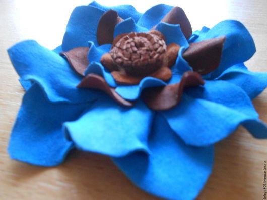 Брошь-цветок из кожи Синеглазка.