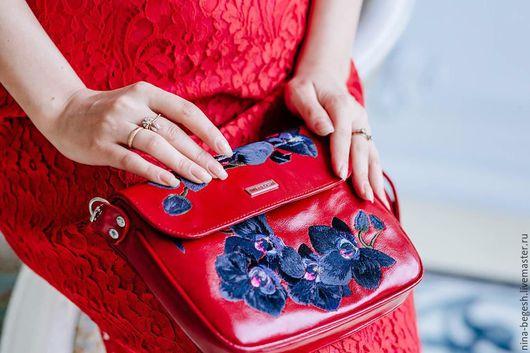"""Женские сумки ручной работы. Ярмарка Мастеров - ручная работа. Купить Сумка из кожи с вышивкой """"Черные орхидеи"""", красный. Handmade."""
