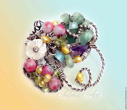 Нежная цветочная брошь, трогательная и очаровательная. Выполненна в технике wire wrap без применения клея. Все камушки надёжно закреплены с помощью проволоки.