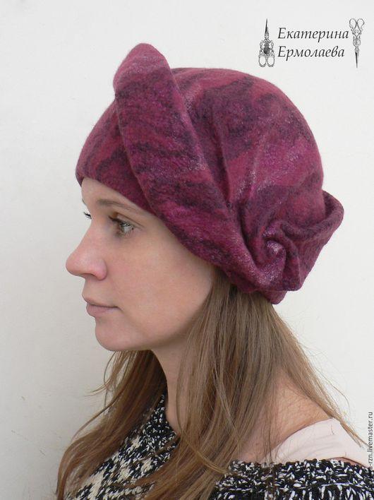 Валяная шляпа имеет высокую ножку, что обеспечивает очень удобную посадку на голове. Верхняя объемная часть берета затейливо задрапирована.