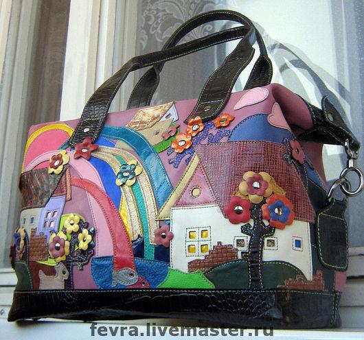 Яркая, необычная сумка. Радуга пролилась на город.